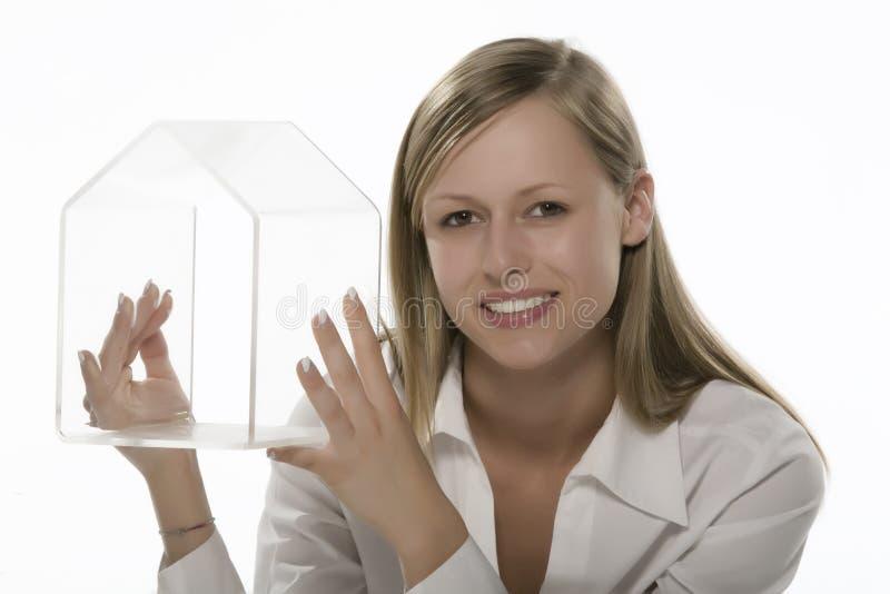 Frauen mit der transparenten Hand des kleinen Hauses lizenzfreie stockfotografie