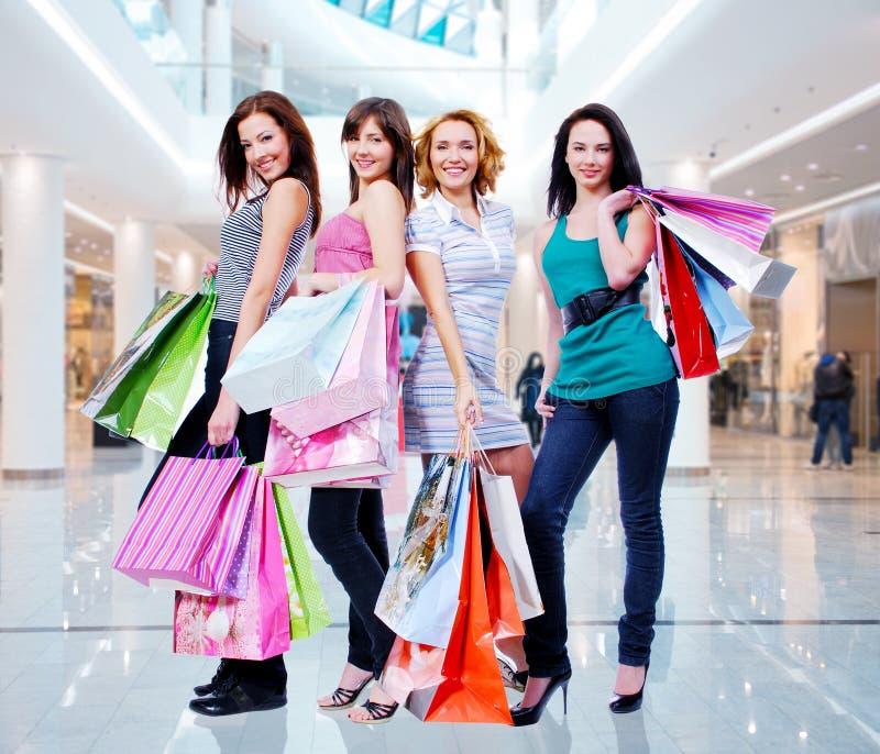 Frauen mit Einkaufstaschen am Shop lizenzfreie stockbilder