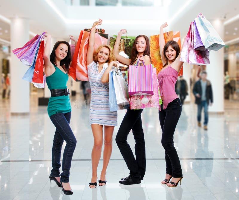 Frauen mit Einkaufstaschen am Shop lizenzfreies stockfoto