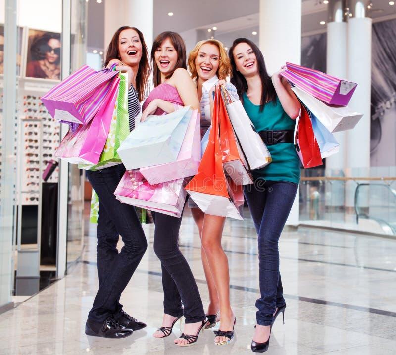 Frauen mit Einkaufstaschen am Shop lizenzfreie stockfotografie
