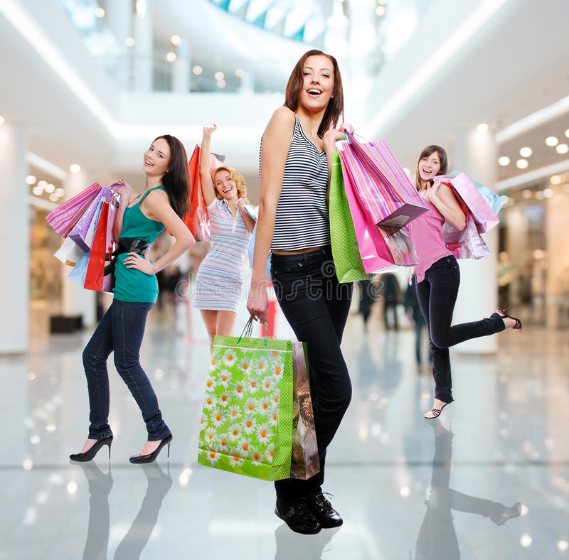 Frauen mit Einkaufstaschen am Shop lizenzfreies stockbild