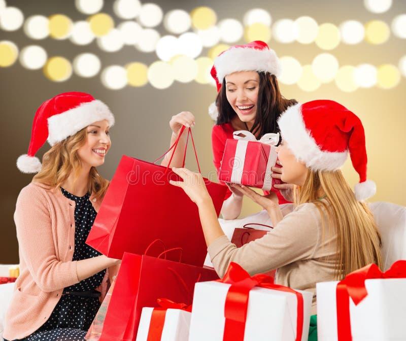 Frauen mit Einkaufstaschen und Weihnachtsgeschenken stockfotografie