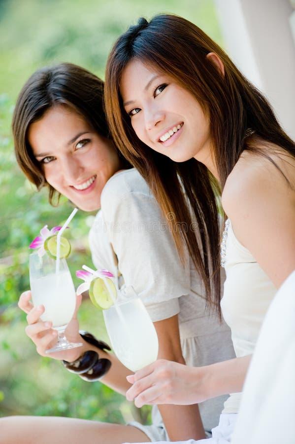 Frauen mit Getränken stockbild