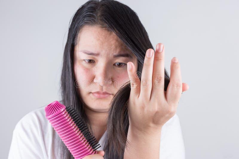 Frauen mit Haarrollen sind über Haarprobleme ernst stockbild