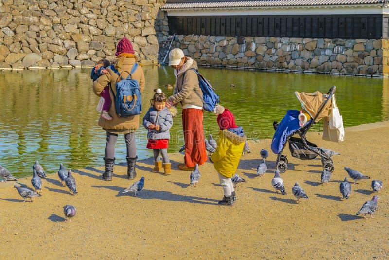 Frauen mit Kindern, Matsumoto-Schloss, Japan stockbilder