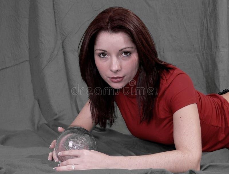 Frauen mit Kristallkugel stockfoto