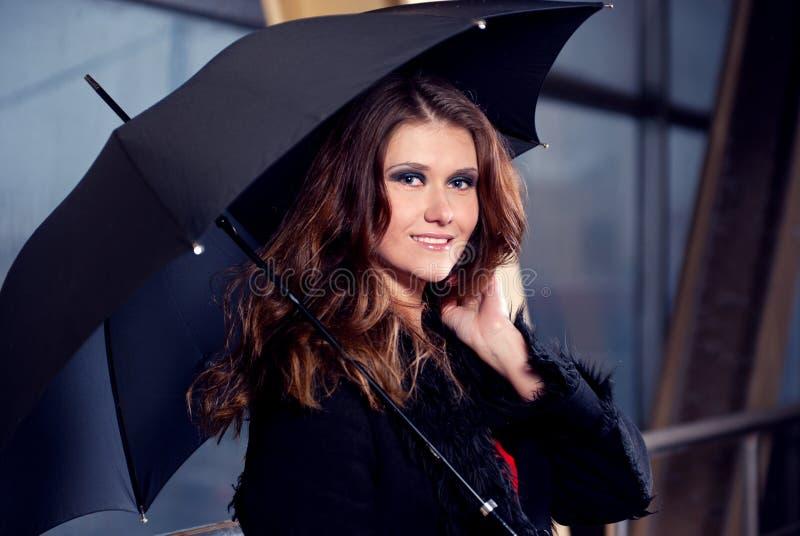 Frauen mit Regenschirm. stockbild