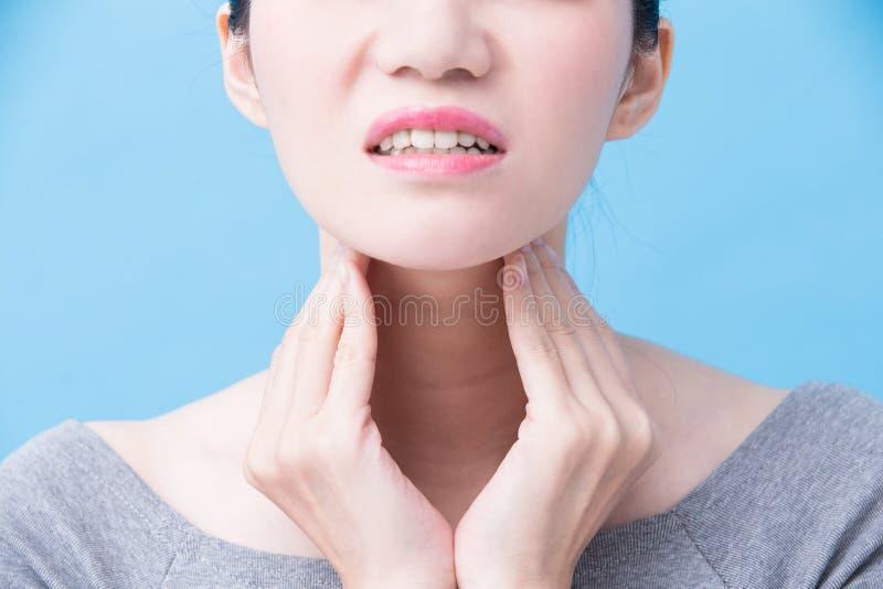 Frauen mit Schilddrüseproblem lizenzfreies stockfoto