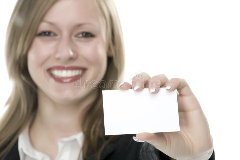 Frauen mit Visitenkarte in der Hand lizenzfreie stockfotos