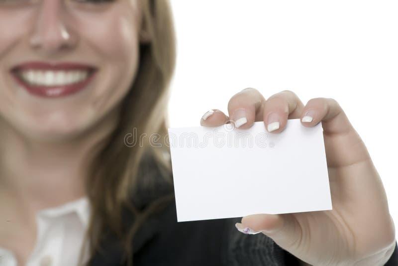 Frauen mit Visitenkarte in der Hand lizenzfreie stockfotografie
