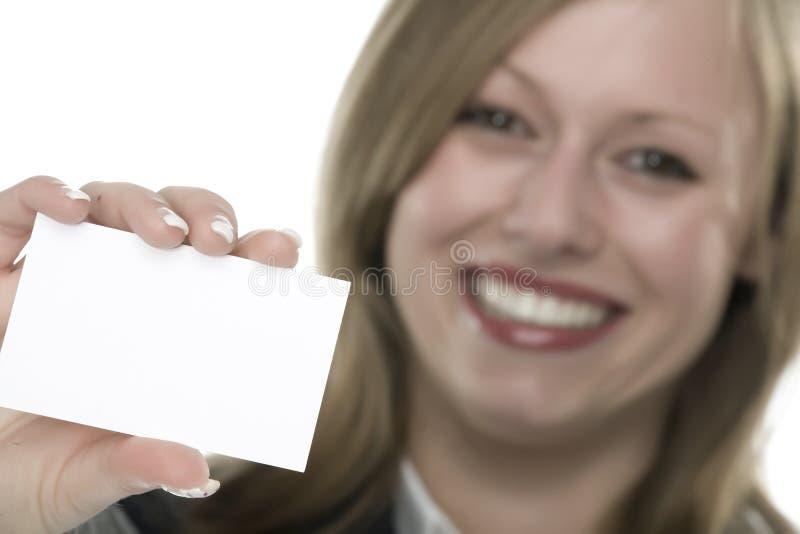 Frauen mit Visitenkarte in der Hand lizenzfreie stockbilder