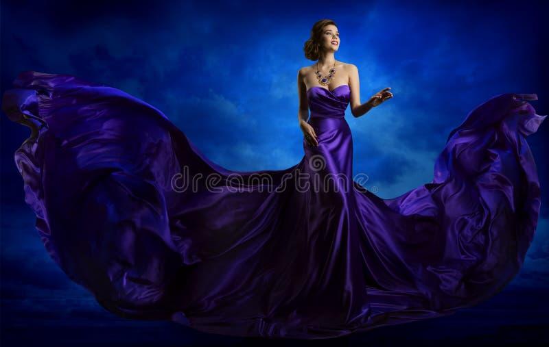 Frauen-Mode-Kleid, blaues Art Gown Flying Waving Silk-Gewebe lizenzfreie stockbilder