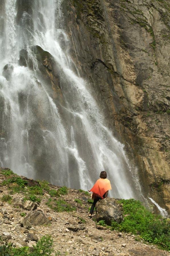 Frauen nahe einem Wasserfall lizenzfreies stockbild