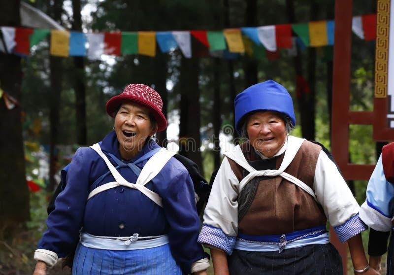 Frauen Naxi oder Nashi im Dorf von Baisha mit ihrer traditionellen Kleidung stockfotografie