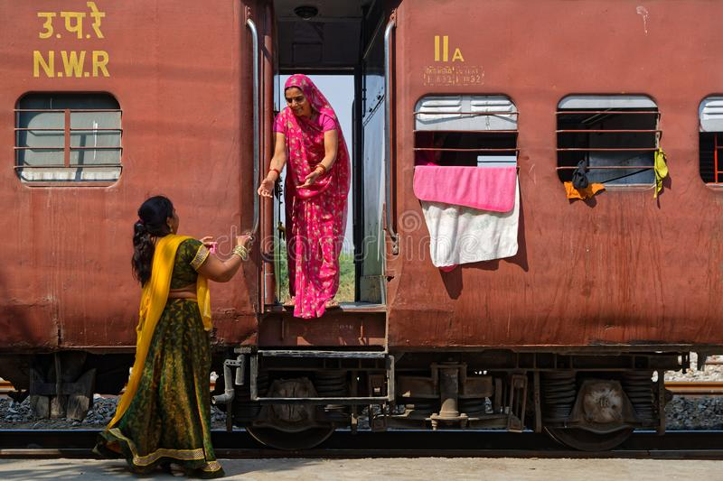 Frauen nehmen Tee im Zug stockfotografie