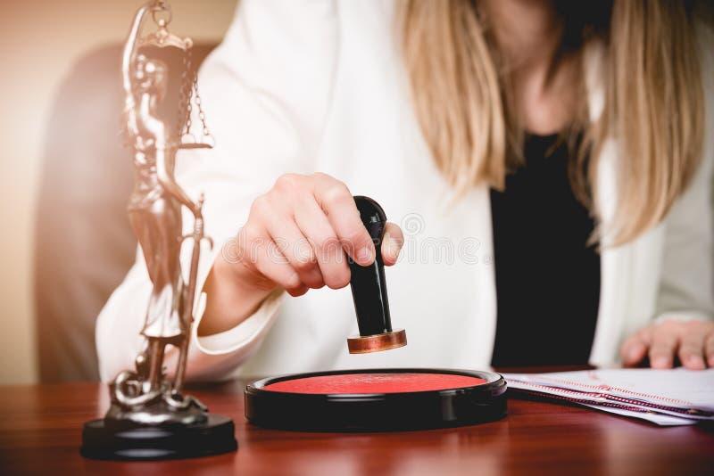 Frauen-Notar Public, welches die Befugnis des Rechtsanwalts stempelt lizenzfreies stockfoto