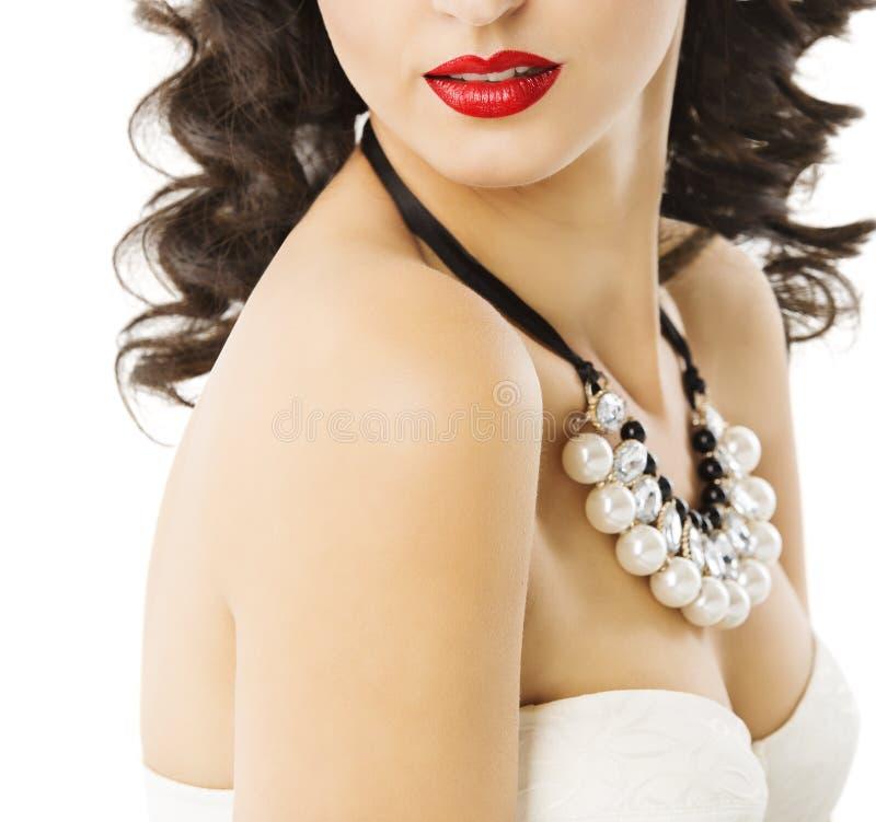 Frauen-Perlen-Schmuck-Halsketten-Ohrringe, rote Lippen, Schönheits-Juwelen lizenzfreie stockfotos