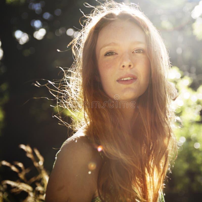 Frauen-Porträt entspannen sich Natur-Konzept lizenzfreie stockbilder