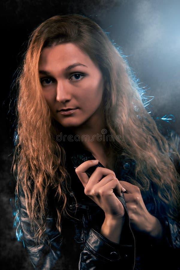 Frauen-Porträt im Scheinwerfer lizenzfreie stockbilder