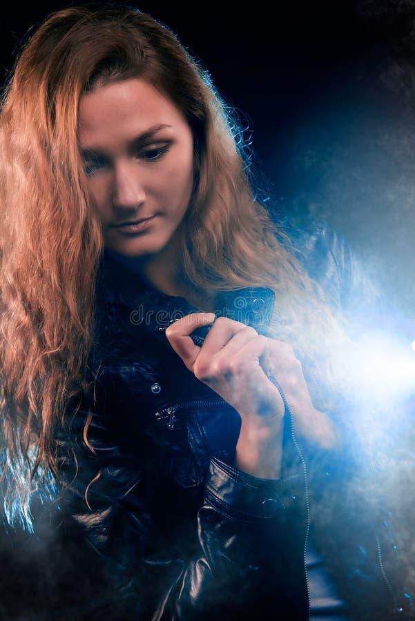 Frauen-Porträt im Scheinwerfer lizenzfreie stockfotos