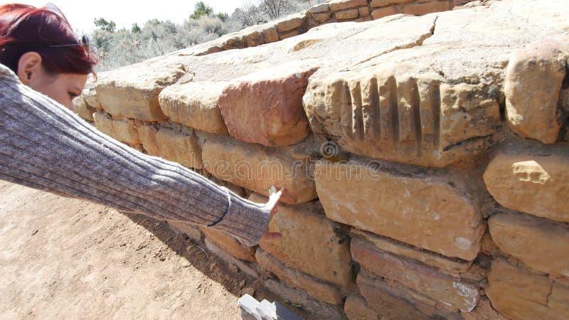 Frauen-rührender Sand-Steinwand lizenzfreie stockfotos
