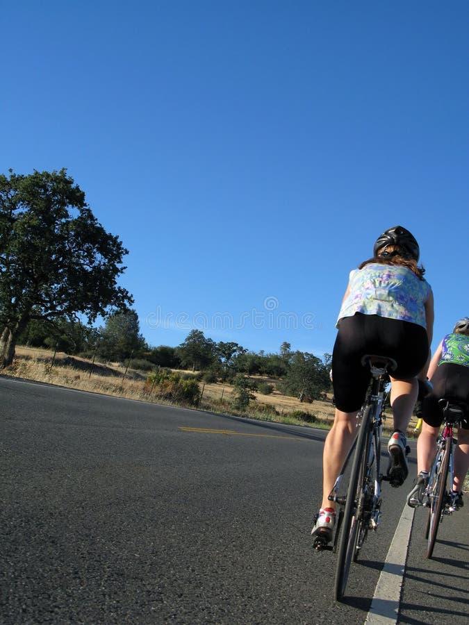 Frauen-Radfahren lizenzfreies stockbild