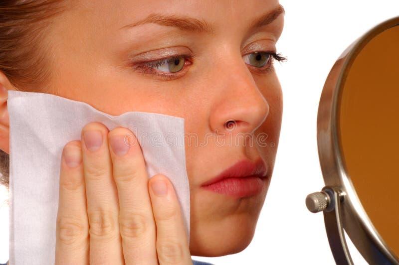 Frauen-Reinigung ihr Gesicht stockfotos