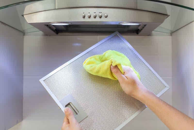 Frauen-Reinigungs-Kocher Hood With Rag In Kitchen zu Hause lizenzfreie stockfotografie