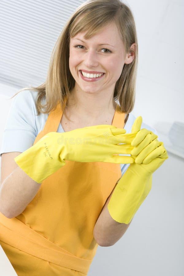 Frauen-Reinigungs-Teller lizenzfreies stockfoto