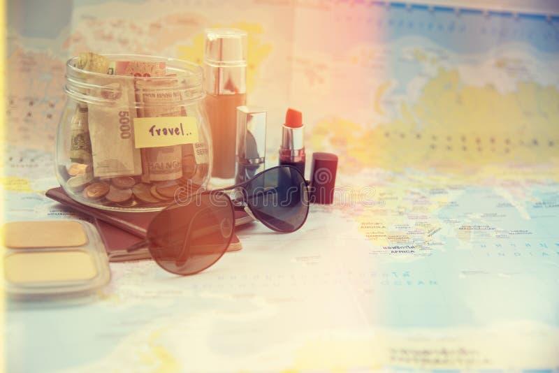 Frauen-Reisend-Planung mit ihrem Material lizenzfreie stockbilder
