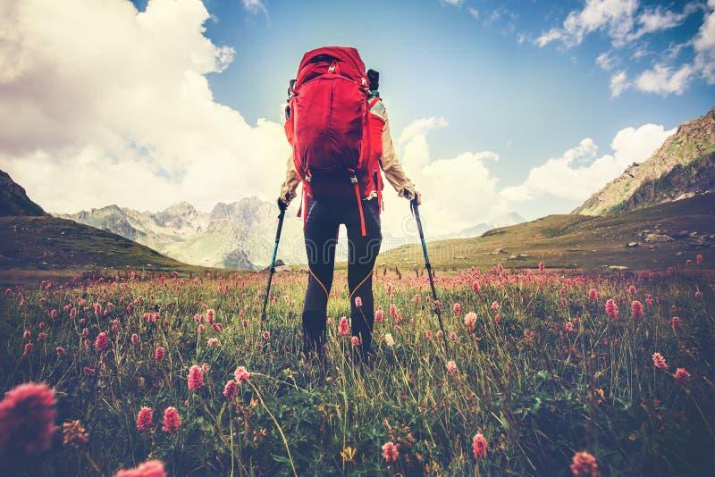 Frauen-Reisender mit dem roten Rucksack, der Reise-Lebensstil wandert lizenzfreie stockfotografie