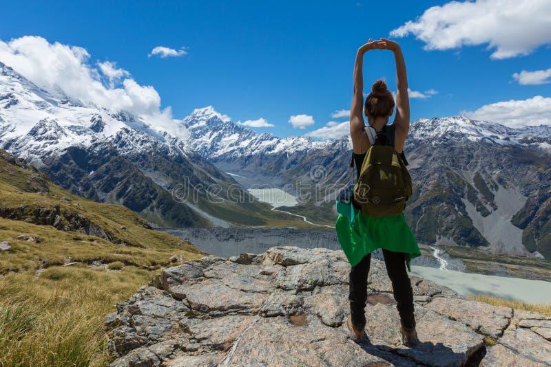 Frauen-Reisender mit dem Rucksack, der in den Bergen wandert lizenzfreie stockfotografie