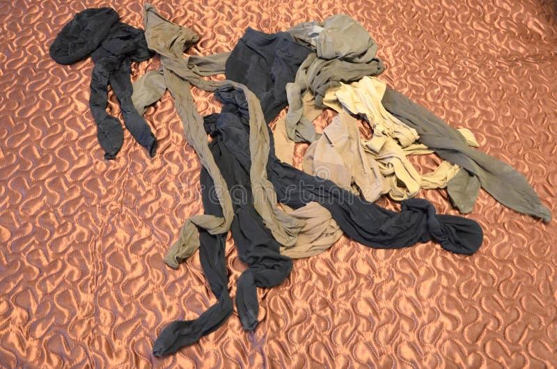 Frauen ` s benutzte Nylonstrumpfhose auf dem Bett fetisch stockbilder