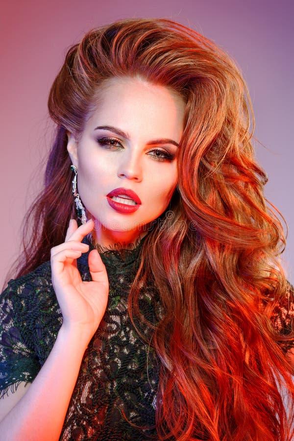 Frauen ` s Haar Ein luxuriöses junges Modell mit glänzendem, gesund, lang lizenzfreies stockfoto