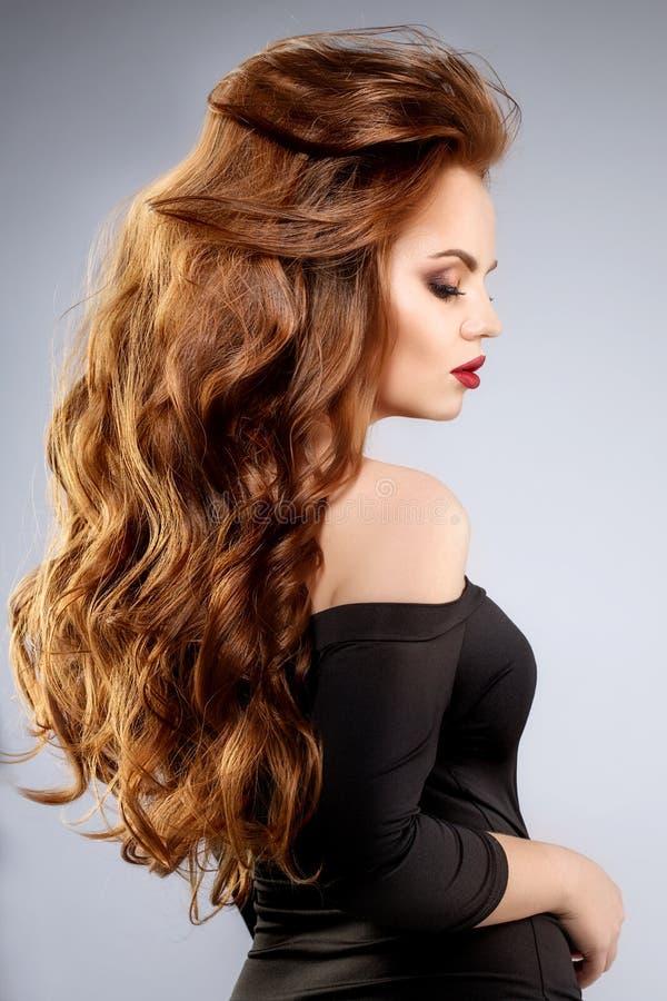 Frauen ` s Haar Ein luxuriöses junges Modell mit glänzendem, gesund, lang lizenzfreie stockbilder