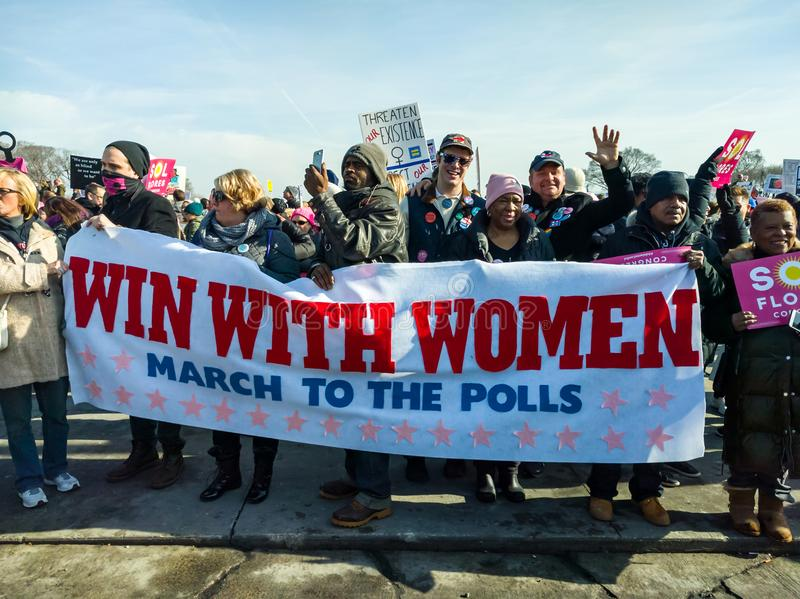 2018 Frauen ` s März in Chicago Eine Gruppenfahnenstützabstimmung lizenzfreies stockfoto
