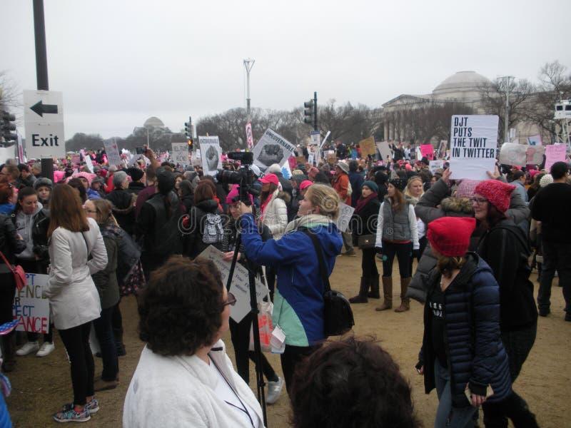 Frauen ` s März, die Medien, die das Ereignis dokumentieren, Trumpf setzt den Twit in Twitter, Protestierender auf dem nationalen lizenzfreie stockfotos