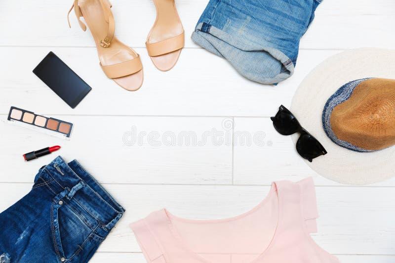 Frauen ` s Modekleidung und Zubehör, Draufsicht mit Kopie spac lizenzfreies stockfoto