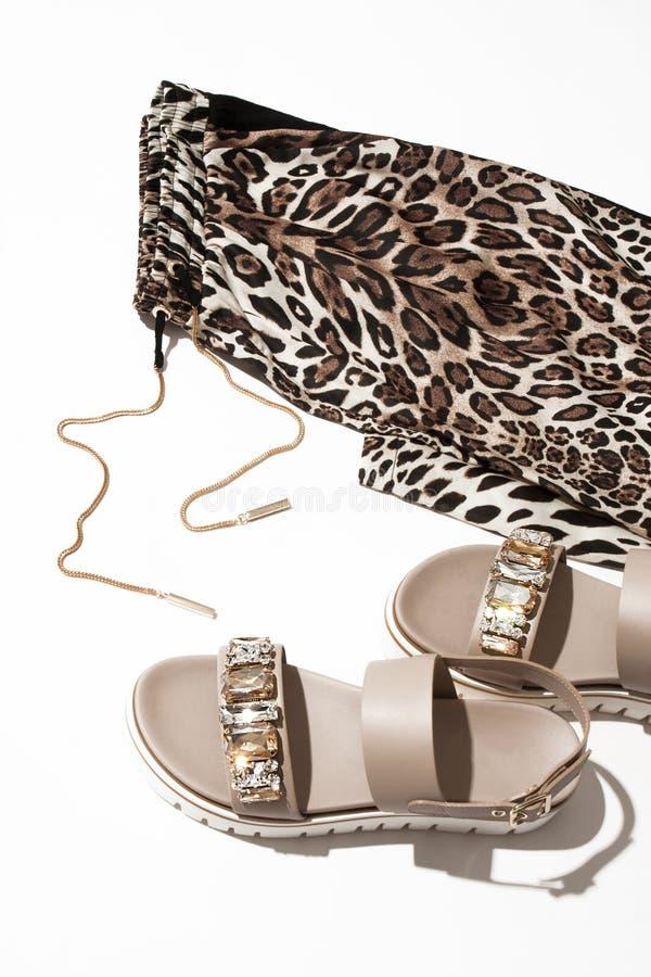Frauen ` s Sandalen und Gamaschen stockbilder