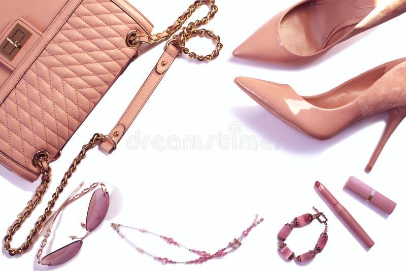 Frauen ` s Satz Mode-Accessoires in der rosa Farbe auf weißem Hintergrund stockfotografie