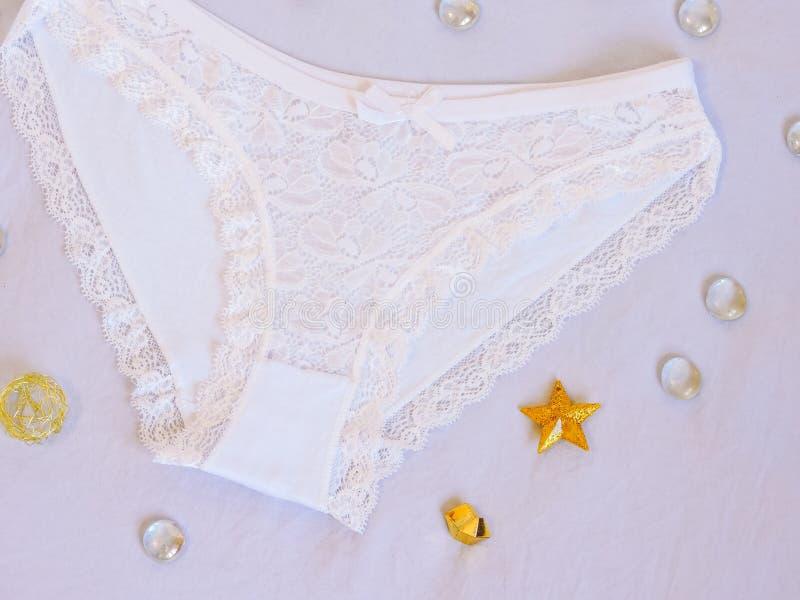 Frauen ` s Schlüpfer Kopieren Sie Platz Schönheit, Mode Bloggerkonzept Romantische Wäsche für Valentinstagversuchung stockbild
