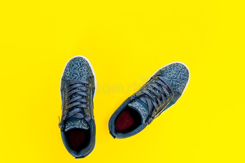 Sportschuhe Für Männer Und Jeans Stockfoto Bild von nähen