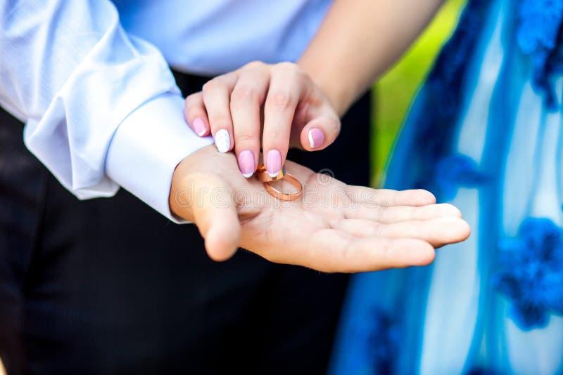 Frauen ` s und Männer ` s Hände mit Eheringen lizenzfreies stockfoto