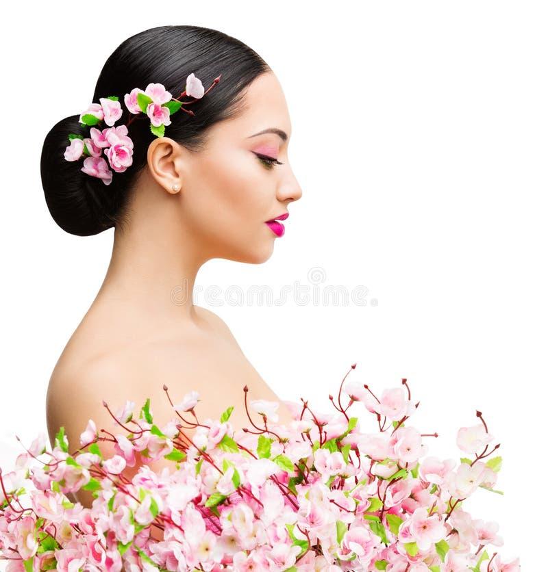 Frauen-Schönheit in Sakura Flowers, schönes asiatisches Mädchen-Frühlings-Mode-Porträt lizenzfreies stockbild
