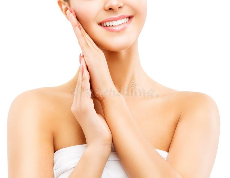 Frauen-Schönheits-Lächeln, schönes lächelndes Mädchen, das eigenhändig Gesichts-Haut auf weißem berührt lizenzfreie stockbilder