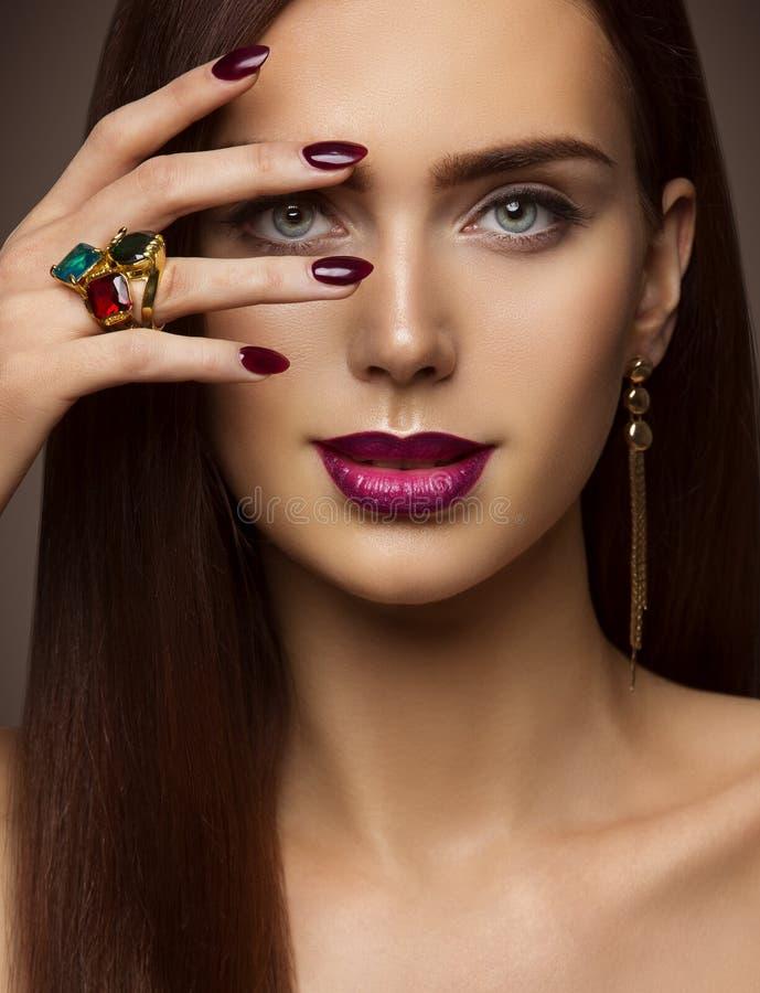 Frauen-Schönheits-Make-up, Nagel-Lippenaugen, vorbildliches Face Make Up stockfoto