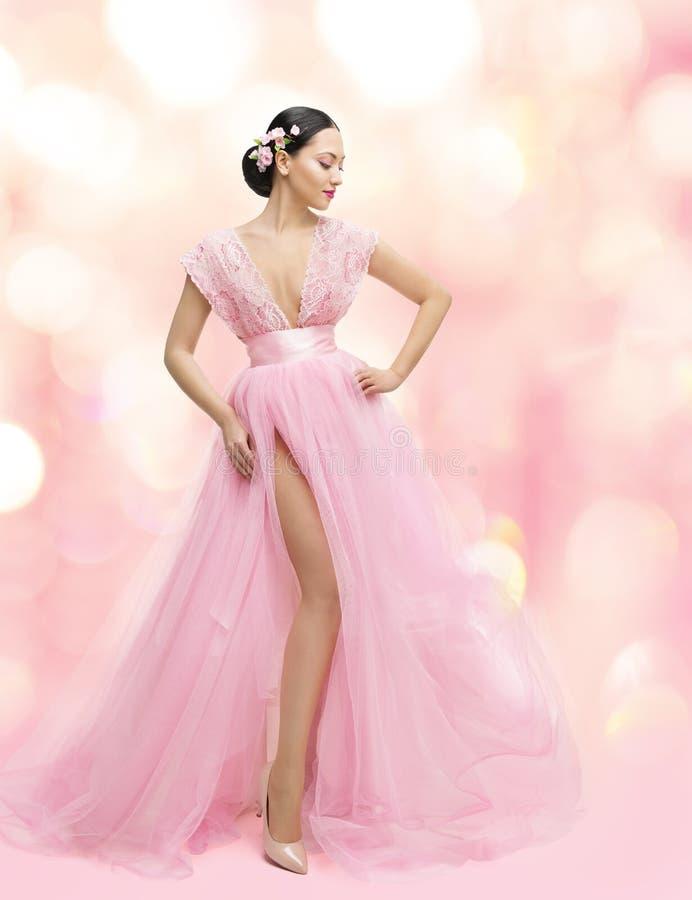 Frauen-Schönheits-Porträt im rosa Kleid mit Sakura Flower, asiatisch stockbild