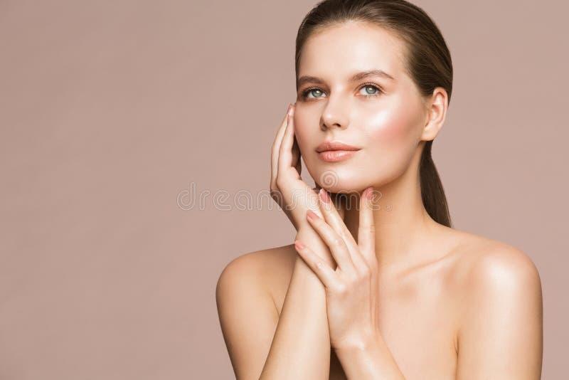 Frauen-Schönheits-Porträt, vorbildliches Touching Face, schöne Mädchen-Hautpflege und Behandlung lizenzfreie stockfotos