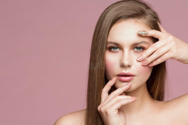 Frauen-Schönheits-Porträt, vorbildliches Touching Face, schönes Mädchen, welches das Make-up und Nägel, schauend durch Finger zei lizenzfreies stockfoto