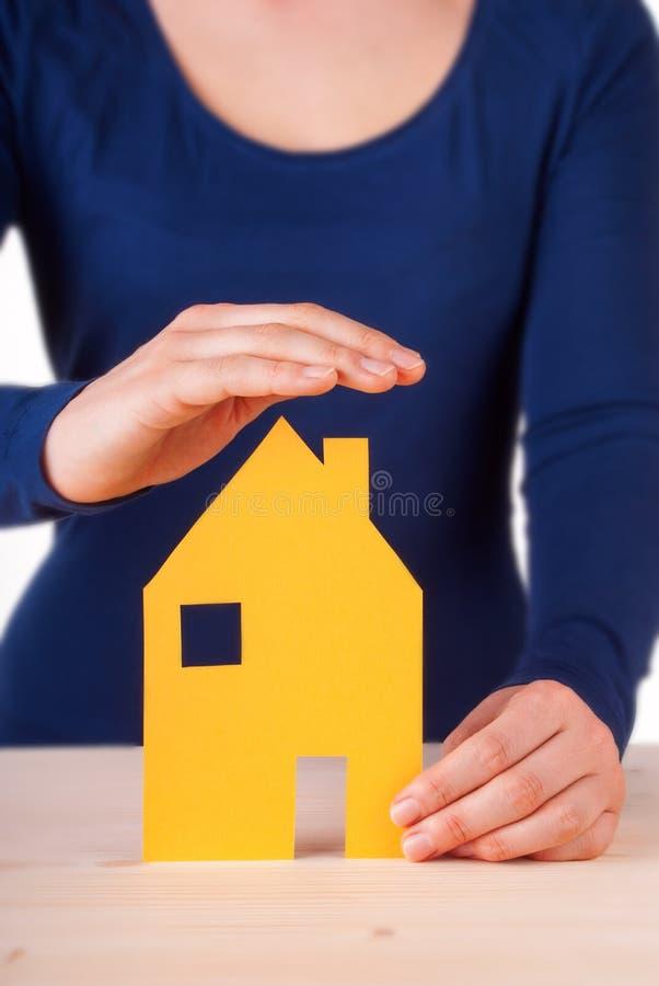 Frauen-schützendes Haus lizenzfreies stockbild